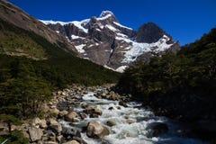 Cercando un'acqua di fusione del ghiaccio scorra verso i ghiacciai sospesi che circondano la traccia della passeggiata di w nel p fotografia stock