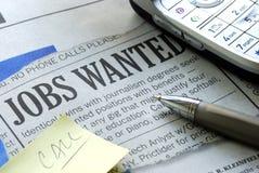 Cercando un job da un giornale fotografia stock libera da diritti
