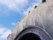 Cercando una gomma del camion della trazione contro un cielo blu Fotografie Stock