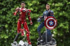 Cercano para arriba de capitán America y de la figura acción de los superheros de la guerra civil de Ironman imagen de archivo