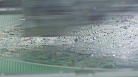 Cercano para arriba de la máquina del smt que pone componentes en una placa de circuito metrajes