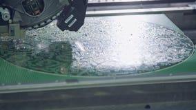 Cercano para arriba de la máquina del smt que pone componentes en una placa de circuito almacen de video