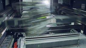 Cercano para arriba de la máquina del smt que pone componentes en una placa de circuito almacen de metraje de vídeo