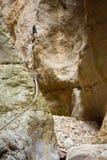 cercano para arriba de una secuencia metálica para subir una piedra blanca vertical de la pared de una montaña que ayuda a los ca foto de archivo libre de regalías