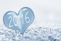2016, cercano para arriba en un corazón del hielo en nieve Imagenes de archivo