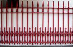 Cercar rojo con barandilla en blanco de la pared en Tailandia imagen de archivo