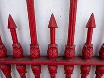 Cercar rojo con barandilla en blanco de la pared en Tailandia foto de archivo libre de regalías