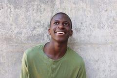 Cercare africano felice dell'uomo Fotografia Stock