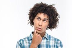 Cercare afroamericano pensieroso dell'uomo Immagine Stock