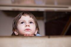 Cercare di pensiero del ragazzino triste immagine stock libera da diritti