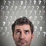 Cercare di pensiero dell'uomo curioso ha molte domande Immagini Stock Libere da Diritti