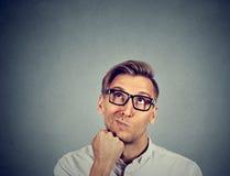 Cercare di pensiero dell'uomo scettico confuso Immagini Stock