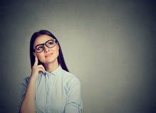 Cercare di pensiero della donna felice del ritratto Immagine Stock