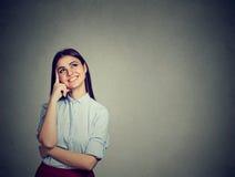Cercare di pensiero della donna felice del ritratto sorridente Fotografia Stock Libera da Diritti