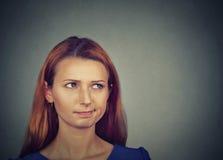 Cercare di pensiero di pianificazione della donna scettica confusa Immagini Stock Libere da Diritti