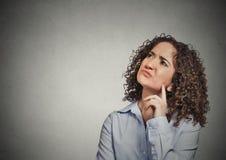 Cercare di pensiero infastidito scontroso della giovane donna infelice fotografia stock