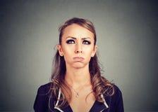 Cercare frustrato annoiato infastidito della giovane donna Immagini Stock