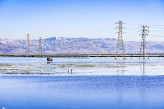 Cercare i ciechi e le linee elettriche di elettricità, traccia di Moffett, sud San Francisco Bay, California fotografie stock