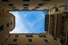 Cercare il cortile italiano Roma Windows del cielo Immagine Stock Libera da Diritti