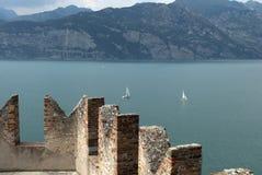 Cercare il lago dal castello di Malcesine sulla polizia Italia del lago Immagine Stock