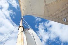 Cercare l'albero su un yacht di navigazione, messo a fuoco sulla bandiera alla redazione immagini stock libere da diritti