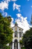 Cercare la chiesa di Oura un giorno soleggiato immagine stock