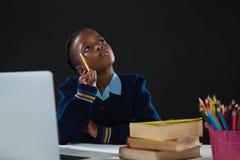 Cercare premuroso della scolara Fotografia Stock
