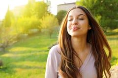 Cercare sorridente della donna prendente respirazione profonda che celebra libertà Percezione umana positiva di vita di sensibili fotografia stock