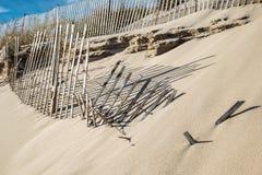 Cercas azotadas por el viento de la duna de arena, Hampton New York del este Imagen de archivo libre de regalías