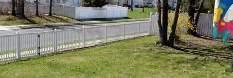 Cercas blancas de la vecindad del vinilo Imagen de archivo