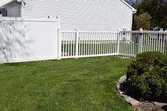 Cercas blancas del patio trasero del vinilo Imagen de archivo