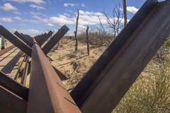 Cercas de la frontera de New México los E.E.U.U. y de México Foto de archivo