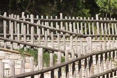 Cercas de madeira e paredes de pedra - fundo arquitetónico foto de stock royalty free