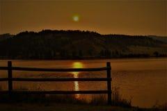Cercas mostradas em silhueta douradas no nascer do sol da manhã de Montana foto de stock