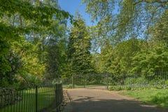 Cercas y puertas en la calzada del parque foto de archivo libre de regalías