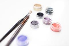 Cerchi colorati dei coriandoli per progettazione con una spazzola su un fondo bianco Fotografia Stock