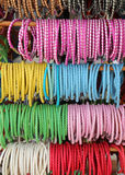 cerchi colorati per decorare l'acconciatura dei capelli Fotografia Stock