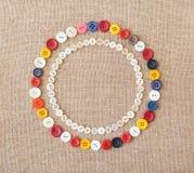 Cerchi dei bottoni di cucito variopinti Fotografie Stock