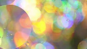 Cerchi dell'olio in acqua su un fondo colorato archivi video