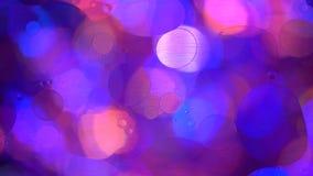 Cerchi dell'olio in acqua su un fondo colorato stock footage