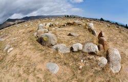 Cerchi di pietra nel museo con le pitture antiche della roccia, riva del lago Issyk-Kul, Kirghizistan, Asia centrale, Unesco dell immagini stock libere da diritti