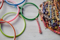 Cerchi di ricamo multicolori per arte creativa ed i fili dei fili intrecciati filo di seta per ricamo immagini stock