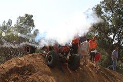 Cerchi di salto del fumo dell'automobile rossa dopo messo verticalmente dopo rotolo Fotografia Stock