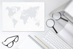 Cerchi il concetto, lo scrittorio con la lente d'ingrandimento, il computer e la mappa Fotografia Stock