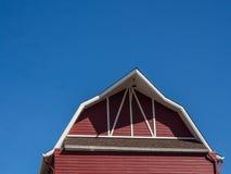 Cerchi il tetto, cielo blu Fotografia Stock