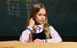 Cerchi l'istitutore con i bambini d'istruzione di esperienza la stessa età del vostro bambino Disegno dell'insegnante con il suo  Fotografia Stock Libera da Diritti