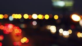 Cerchi muoventesi del bokeh dalle luci delle automobili che corrono sulle vie della città Fondo della sfuocatura della citt? Traf stock footage