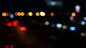 Cerchi muoventesi del bokeh dalle luci delle automobili che corrono sulle vie della citt? Fondo della sfuocatura della citt? Traf stock footage