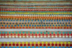Cerchi variopinti dipinti sulle scale di legno fotografia stock libera da diritti