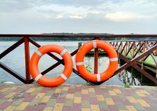 Cerchio arancio di salvataggio due, emergenza, annegamento di salvataggio immagine stock